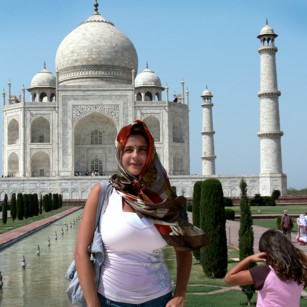 A luxury travelling woman from Omnimundi Family in front of the Taj Mahal