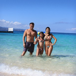 Omnimundi Family of three enjoying a beautiful beach in Jamaica
