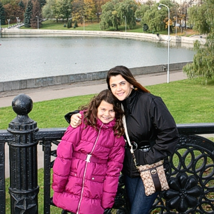 Mother and daughter from Omnimundi standing in a garden in the city of Minsk in Belarus
